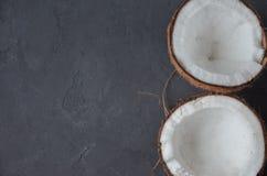 Kokosnüsse auf dunklem Hintergrund Kopieren Sie Platz Lizenzfreie Stockfotografie