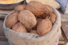 Kokosnüsse in einem Sack Stockbilder