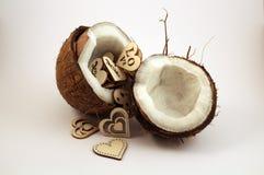 Kokosnüsse mit Herzen lizenzfreie stockbilder