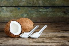 Kokosnüsse mit Kokosnuss blättert und Fetzen auf Tabelle ab stockfoto