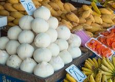 Kokosnüsse und andere Früchte Stockfoto