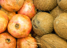 Kokosnüsse und Granatäpfel Lizenzfreies Stockfoto