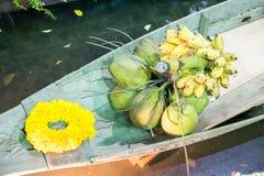 Kokosnoot, banaan en gele slinger op houten schip Stock Fotografie