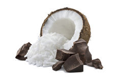 Kokosnoot gebroken die chocoladestapel op wit wordt geïsoleerd Royalty-vrije Stock Foto's