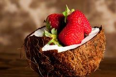 Kokosnoot met aardbeien stock foto's