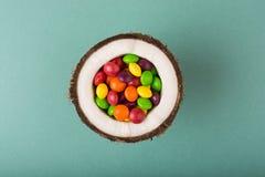 Kokosnoot met kleurrijk suikergoed royalty-vrije stock afbeelding