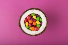 Kokosnoot met kleurrijk suikergoed stock foto's