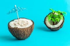 Kokosnoot met parasol en palm tropisch eiland abstract concept Stock Foto