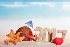 Kokosnoot, nummer 2017, zeester, bloem en hart op overzeese achtergrond Stock Fotografie