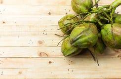 Kokosnoot op houten achtergrond wordt geïsoleerd die Royalty-vrije Stock Foto