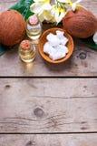 Kokosnoten en kokosnotenolie op uitstekende houten achtergrond Royalty-vrije Stock Foto's