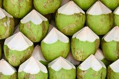 Kokosnoten om achtergrond te verkopen Stock Foto's