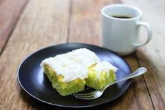 Kokosnotencake met koffie op hout stock afbeeldingen