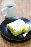 Kokosnotencake met koffie op hout royalty-vrije stock foto's
