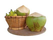 Kokosnotenfruit en Banaan op houten dienblad stock foto's