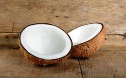 Kokosnotenfruit op de houten achtergrond Stock Afbeeldingen