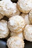 Kokosnotenkoekjes met suikerglazuursuiker over tinplaat Stock Foto