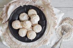 Kokosnotenkoekjes met suikerglazuursuiker over tinplaat Royalty-vrije Stock Afbeeldingen