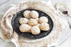 Kokosnotenkoekjes met suikerglazuursuiker over tinplaat Stock Afbeeldingen