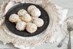 Kokosnotenkoekjes met suikerglazuursuiker over tinplaat Royalty-vrije Stock Foto's