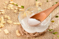 Kokosnotenolie met lepel stock foto