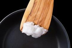 Kokosnotenolie op houten spatel over met een laag bedekte pan royalty-vrije stock foto