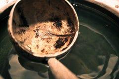 Kokosnotenshell dipper met waterkruik Stock Fotografie