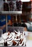 Kokosnotenstukken en koppen van cherrie Stock Afbeelding