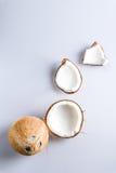 Kokosnotenstukken op een witte achtergrond Royalty-vrije Stock Foto