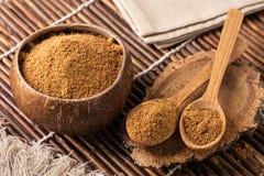 Kokosnöten gömma i handflatan socker Arkivbilder