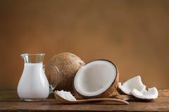 kokosnötkokosnötter mjölkar Fotografering för Bildbyråer