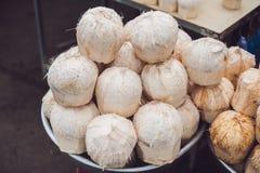 Kokosnötter i den vietnamesiska marknaden, typisk gatamataffär i Asien Arkivfoton