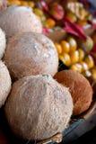 Kokosnötter och annan frukt på skärm på bondemarknaden Royaltyfria Bilder