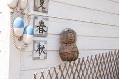 Kokosnuss-Affe auf einem hölzernen Gitter-Zaun mit Linie Bojen und Ja Stockbild
