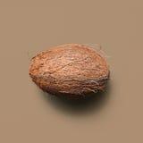 Kokosnuss auf braunem Hintergrund Stockbild