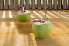 Kokosnuss auf dem hölzernen Hintergrund Stockfotografie