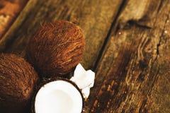 Kokosnuss auf dem Tisch Stockbild