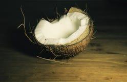 Kokosnuss auf dem Tisch Stockfotos