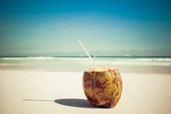 Kokosnuss auf karibischem Strand Tulum Mexiko Lizenzfreie Stockfotos