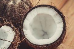 Kokosnuss auf Tabelle Stockbild