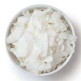 Kokosnuss blättert in der weißen keramischen Schüssel ab stockfotos