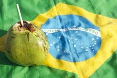 Kokosnuss-Brasilianer-Flagge Cocos Gelado trinkende Lizenzfreie Stockbilder