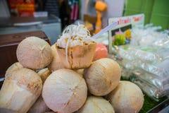 Kokosnuss-Eiscreme mit Nüssen Stockfotografie