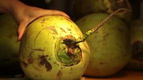 Kokosnuss gehackt mit Bolo stock video footage