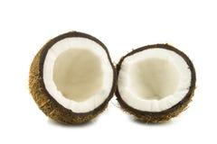 Kokosnuss-Hälften auf weißem Hintergrund Stockfoto