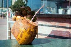 Kokosnuss mit einem Stroh, zum auf dem Tisch zu trinken erfrischung lizenzfreie stockfotografie