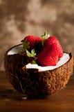 Kokosnuss mit Erdbeeren lizenzfreie stockfotos