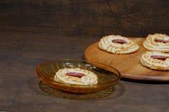 Kokosnuss Tartlets angefüllt mit Erdbeermarmelade lizenzfreies stockbild