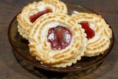 Kokosnuss Tartlets angefüllt mit Erdbeermarmelade lizenzfreie stockfotos