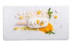 Kokosnuss und Mango Semifredo Eiscreme auf einem weißen Schiefer Lizenzfreie Stockbilder